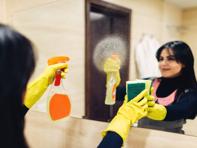 https://www.snackondesign.com/wp-content/uploads/2019/01/housemaid-cleans-the-mirror-with-a-cleaning-spray-640x480.jpg